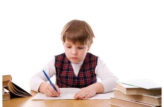 Un enfant écrit